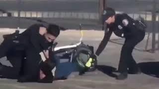 Policjanci obezwładniają typa, a w tle mistrz drugiego planu