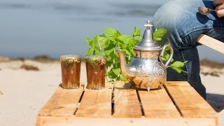 Tunezyjska herbata - przepis na miętową herbatę z Tunezji z miodem i orzeszkami piniowymi.Portal i sklep z herbatą http://www.czajnikowy.com.plBlog: https://www.czajnikowy.com.pl/herbata-z-tunezji-przepis-na-mietowa-herbate/Facebook: http://facebook.com/czajnikowyplTwitter: http://twitter.com/czajnikowyplInstagram: http://instagram.com/czajnikowyplTunezyjska herbata - przepis na miętową herbatę z Tunezji z miodem i orzeszkami piniowymi.