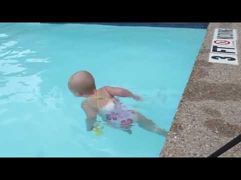 Baby svømmer tværs over pool