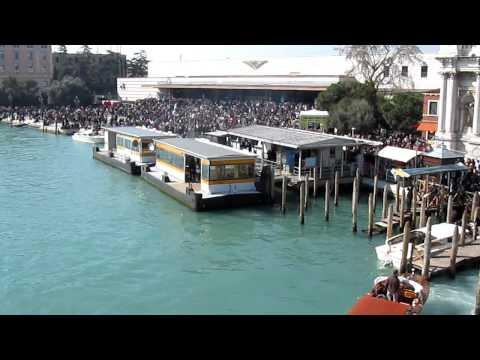 Десятки тысяч посетителей карнавала прибыли на вокзал Венеции