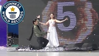 Video Most costume change illusions in one minute - Guinness World Records MP3, 3GP, MP4, WEBM, AVI, FLV Oktober 2018