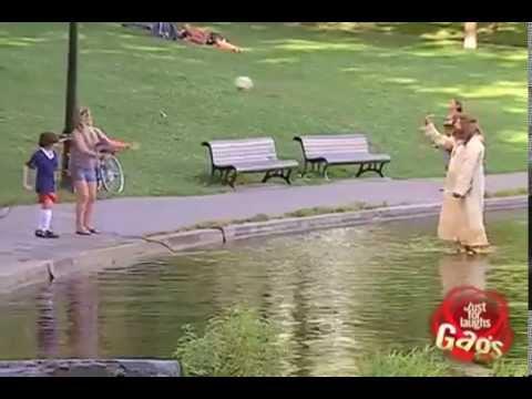 candid camera - gesù che cammina sull'acqua!