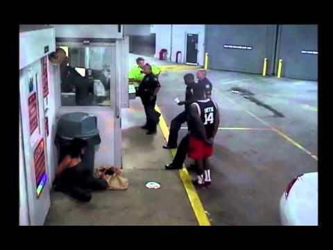 Polícia golpea brutalmente a una bailarina nocturna