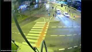 Przerażający wypadek na skrzyżowaniu w Krakowie. Nagranie mrozi krew w żyłach