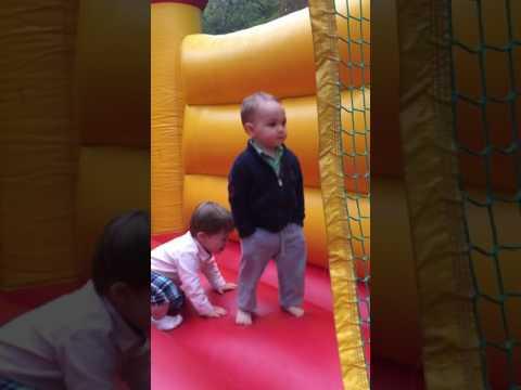 2歲小男孩玩蹦彈翻床時露出「霸氣總裁」表情,讓人超想笑的過程把大家都萌得不要不要的!