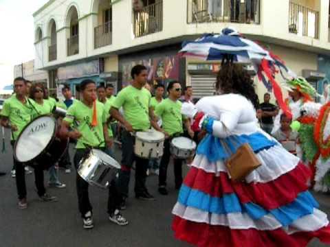 Roba la gallina en el carnaval de salcedo 2011