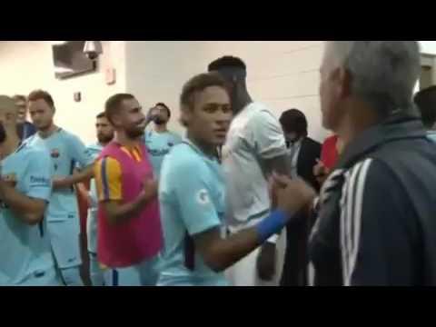 FC Barcelona Mourinho se abrazó con Messi y saludó uno a uno (видео)