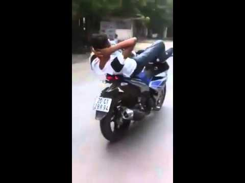 Thanh niên cứng lái xe bằng hai chân,đang ngửi thấy mùi nhang rồi =))