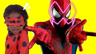 Miraculous Julia Ladybug luta contra homem aranha spiderman ak...