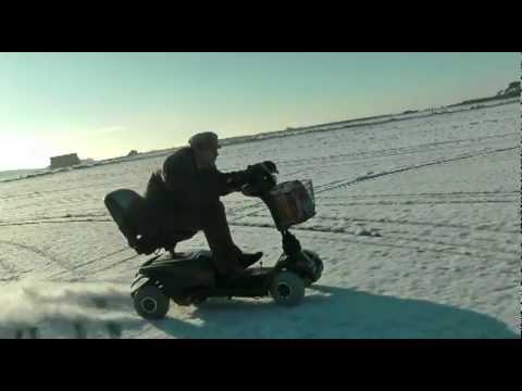 VIDEO: Mladík testuje skútr pro důchodce na sněhu!