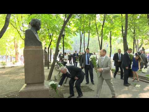 Moldovan president lays flower on Romanian Language Day