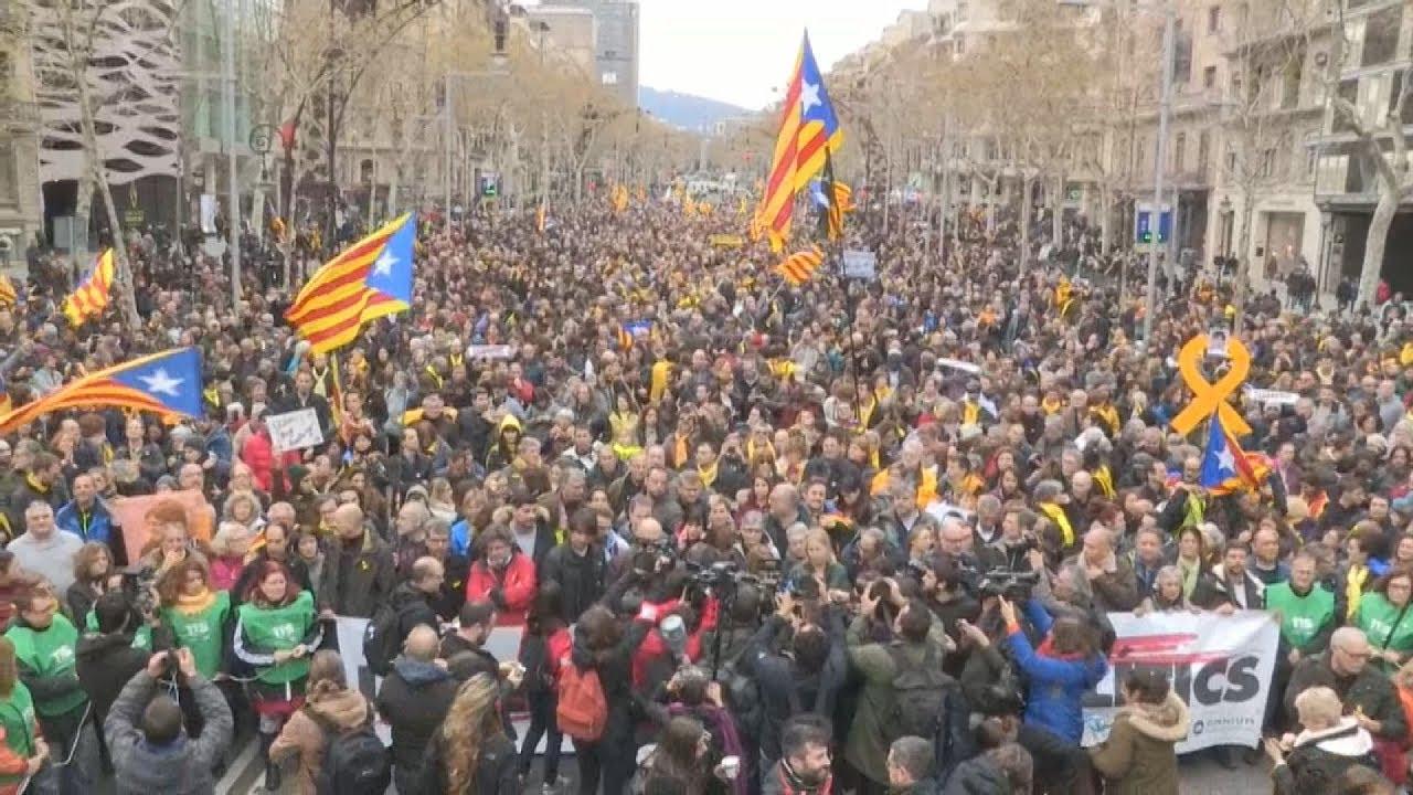 Μεγάλη διαδήλωση διαμαρτυρίας για τη σύλληψη του Κάρλες Πουτζντεμόν στη Βαρκελώνη