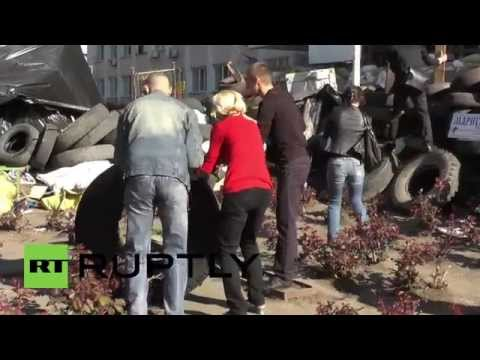 Ukraine: Activists regain control of Mariupol city hall, surround it with tyres