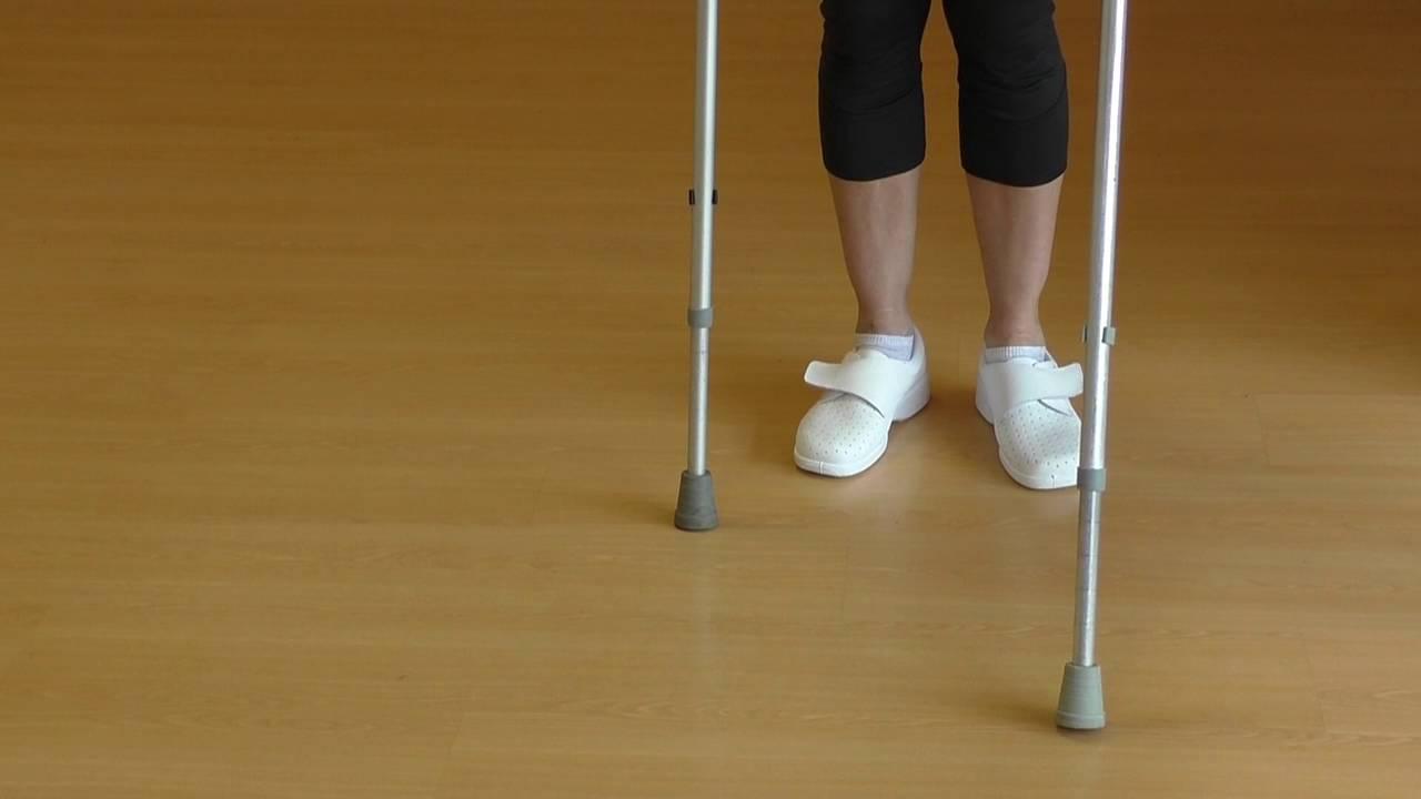 Vídeo sobre Escuela de cadera. Caminar con dos muletas.
