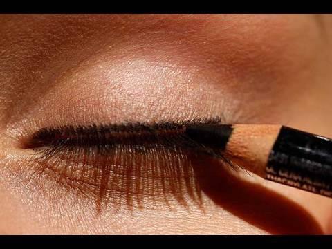 Da che cerchi marroni intorno a occhi a donne