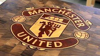 Fresadoras con el logo del Manchester United en la tabla de cortar madera
