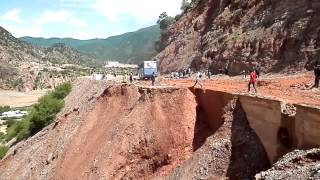 preview picture of video 'Bolivia: bus driving over landslide'