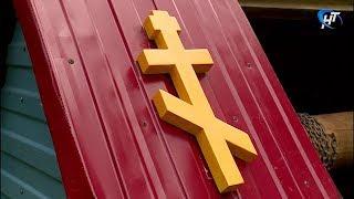 Новгородские коммунальщики помогли верующим с очисткой святого источника