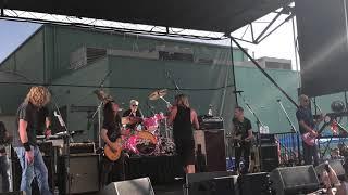 "Membros dos Foo Fighters recrutam Roger Taylor dos Queen para tocar ""Under Pressure"" ao vivo"