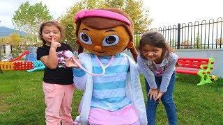 Öykü Ve Masal Doc McStuffinsa Şaka Yaptı! Funny Kids Video