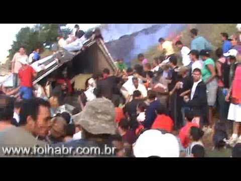 Multidão saquea carreta da Sadia - Vale a Pena ver de Novo