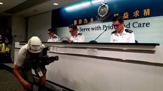 E i fotoreporter di Hong Kong partecipano alla conferenza stampa della HKPF in tenuta antisommossa d