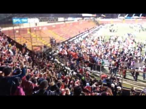 """""""Campeones en tu casa"""" Barra: La 12 • Club: Alajuelense"""