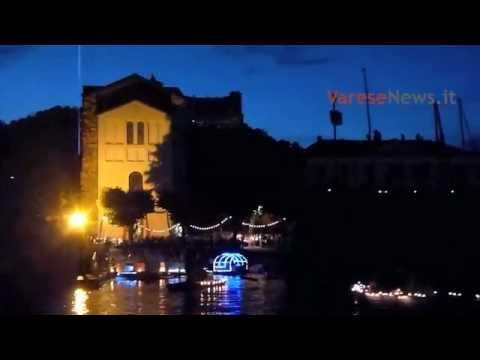 Barche illuminate sul lago ad Angera
