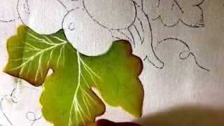 Pintura em tecido com cinco cores básicas e uvas verdes
