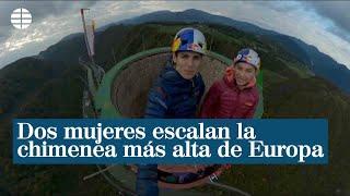 Dos mujeres escalan la chimenea más alta de Europa en Eslovenia con 360 metros de altura