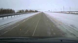Смотреть онлайн Опасная уборка снега на трассе в Казахстане
