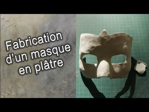 Le masque sur la personne avec lalginate du sodium et la laminaire