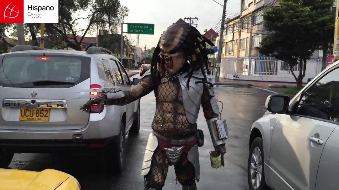 Se gana la vida como depredador en los semáforos de Bogotá