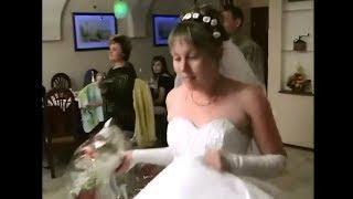 Смотреть онлайн Смешные падения очень пьяной невесты