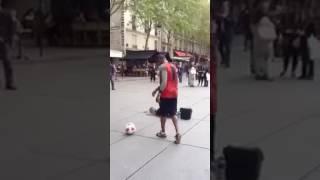 Asiendo trucos de fútbol en la calle