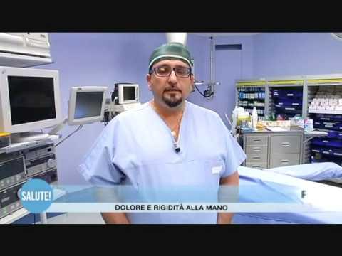 Il dolore in reparto cervicale di una spina dorsale dà a una mano