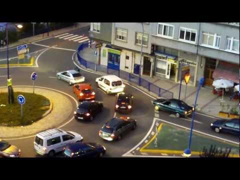 Policía enseñando a tomar las rotondas