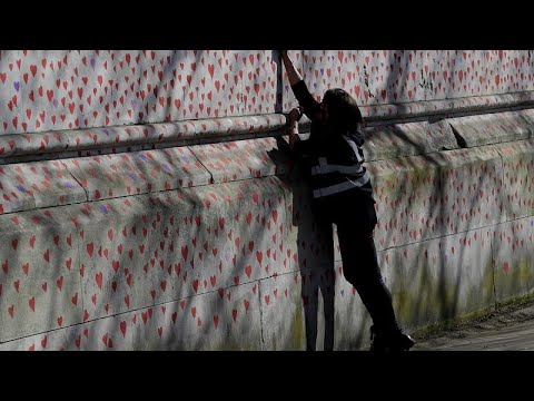Βρετανία: Χιλιάδες κόκκινες καρδιές για τα θύματα της πανδημίας …