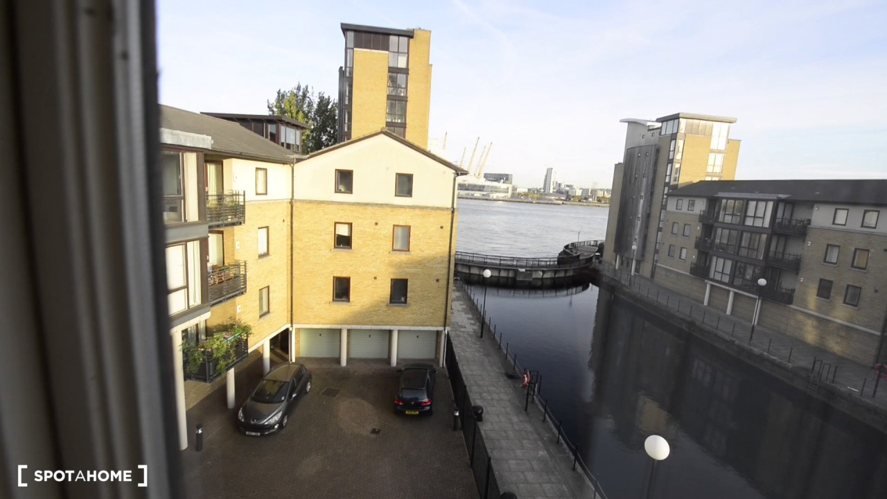 Rooms to rent in modern, 4-bedroom flat with balcony in Canary Wharf
