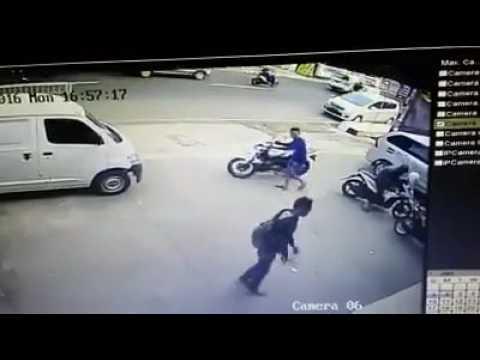 Waspadalah!!! Pencuri motor Bawa pistol terekam cctv.