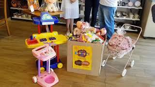 Todo doce merece uma criança! Cacau Show com brinquedos