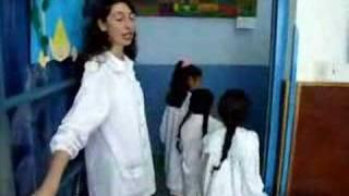 preview picture of video 'La Seño Mercedes en la escuela Tuyu de Madariaga'