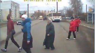 Смотреть онлайн Подборка: ДТП из-за людей на пешеходном переходе