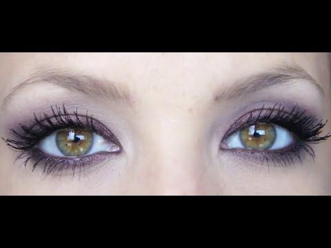 Cosmétique des moyens selon la sortie de la peau autour des yeux
