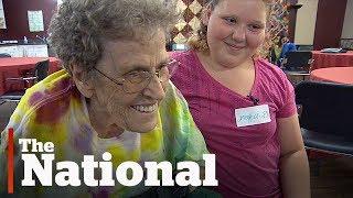 Um programa exclusivo de ensino fundamental em Saskatoon alunos do 6º ano aprendendo com idosos.