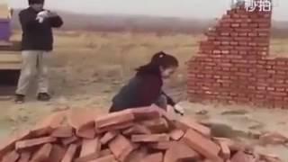 CEWEK SUPER, Bikin Pager Cuma Lempar Batu Bata Hasilnya Rapi Banget