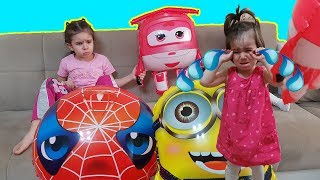 Elif Ve Zeynep Uçan Minyon Örümcek Adam Harika Kanatlar Balonları Paylaşamadı Zeynep Çok Ağladı