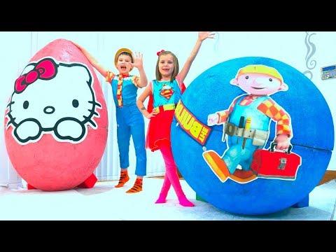 Макс и Катя играют в гигантские яйца с игрушками