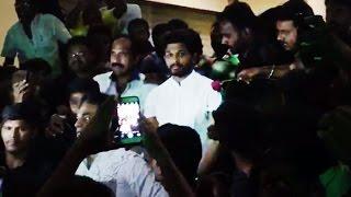 Pawan Kalyan Fans Surrounded Allu Arjun & Gave A Flower  Gultecom