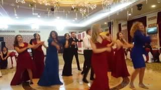 Смотреть онлайн Подборка: Прикольные свадебные танцы